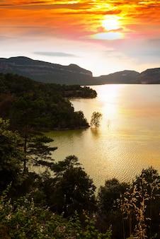 Pionowy krajobraz z jeziorem góry