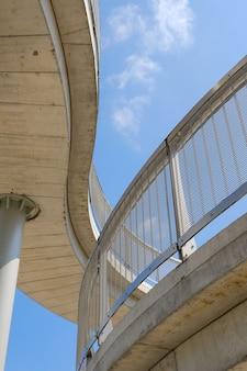 Pionowy niski kąt strzału nowoczesnego kamiennego budynku na tle błękitnego nieba