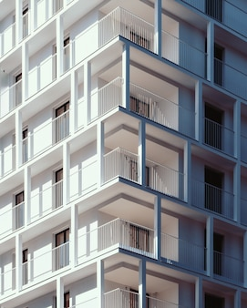 Pionowy niski kąt strzału z wysokiego budynku z białego betonu