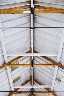 Pionowy niski kąt ujęcia sufitu chłodnego domu z nowoczesnym minimalistycznym wnętrzem