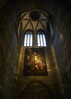 Pionowy niski kąt ujęcia wnętrza katedry św. szczepana w wiedniu w austrii
