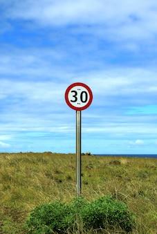 Pionowy obraz drogowskaz ograniczenia prędkości na poboczu wyspy wielkanocnej, chile, ameryka południowa