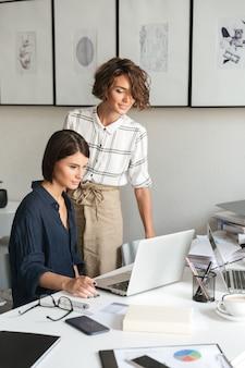 Pionowy obraz dwóch kobiet dyskutuje o czymś