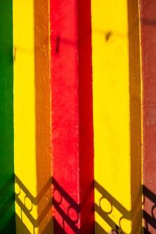 Pionowy obraz kolorowych schodów. naturalne tło.