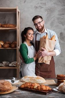 Pionowy obraz piekarzy w piekarni