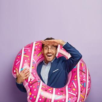 Pionowy obraz szczęśliwy przedsiębiorca mężczyzna patrzy w dal