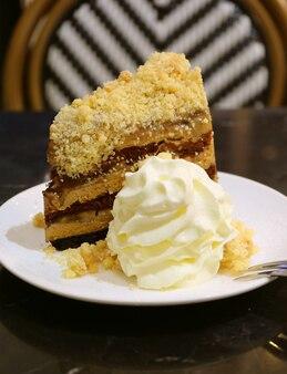 Pionowy obraz tortu banoffee pie z puszystą bitą śmietaną