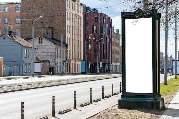 Pionowy pusty billboard na ulicy miasta, makieta reklamy zewnętrznej