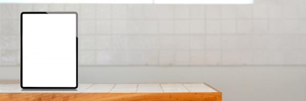 Pionowy pusty ekran tabletu i miejsce na stole