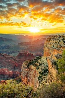 Pionowy widok na wielki kanion o wschodzie słońca