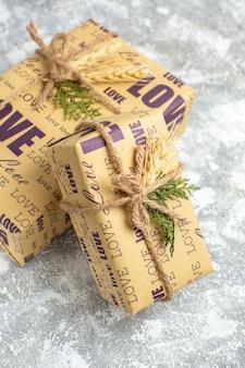 Pionowy widok pięknych zapakowanych prezentów z napisem miłości na lodowym stole
