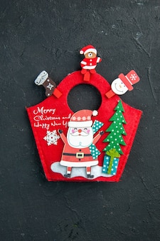 Pionowy widok świątecznego nastroju z akcesoriami do dekoracji i noworocznym pudełkiem na ciemną powierzchnię