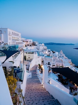 Pionowy wysoki kąt strzału białych budynków w santorini, grecja