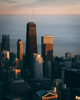 Pionowy wysoki kąt strzału miasta z wysokimi drapaczami chmur w chicago, usa