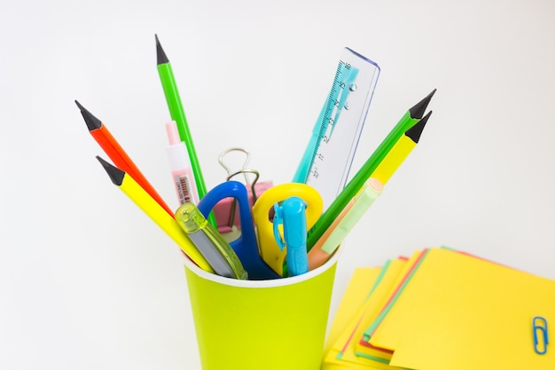 Piórniki szkolne ołówki na białym tle