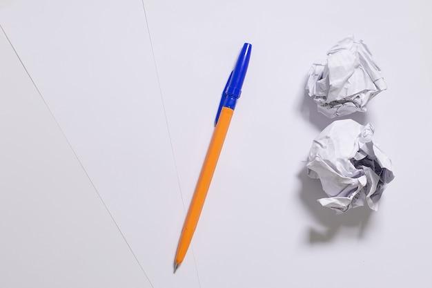Pióro i kartki papieru w poszukiwaniu pomysłów