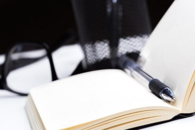 Pióro i notatnik z bliska