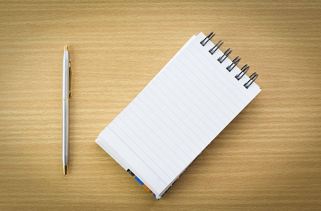 Pióro i notatnik z pustą stroną