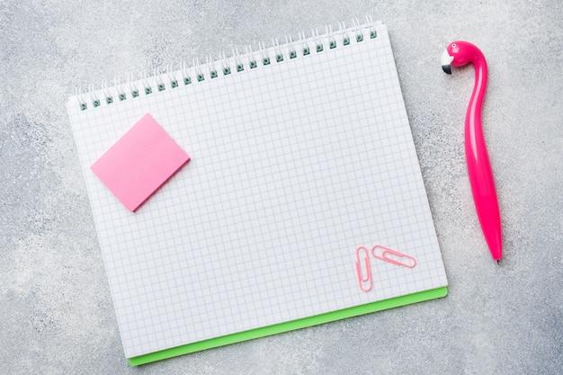 Pióro i podkładka do pisania z różowego flaminga. kopiowanie przestrzeni płaskiej.