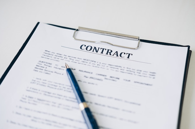 Pióro i polisa ubezpieczeniowa dokument i dokument biznesowy w domowym biurze
