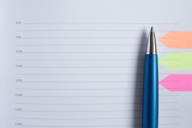 Pióro leży na białej pustej kartce pamiętnika
