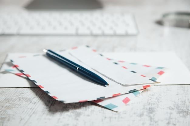 Pióro na listy z klawiaturą komputerową na biurku