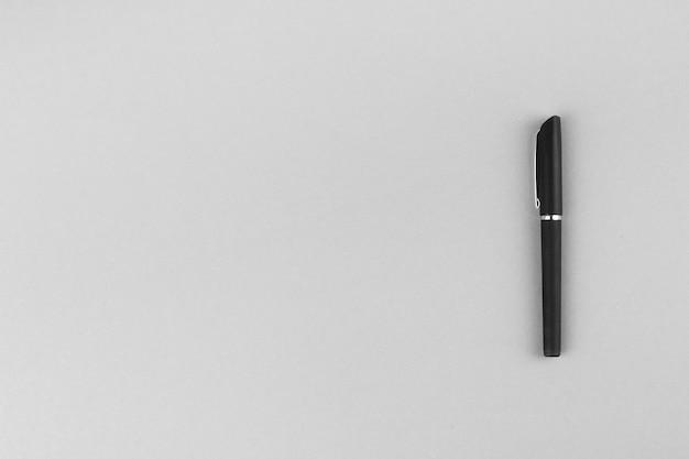 Pióro, ołówek na szarym tle, widok z góry z miejsca na kopię.