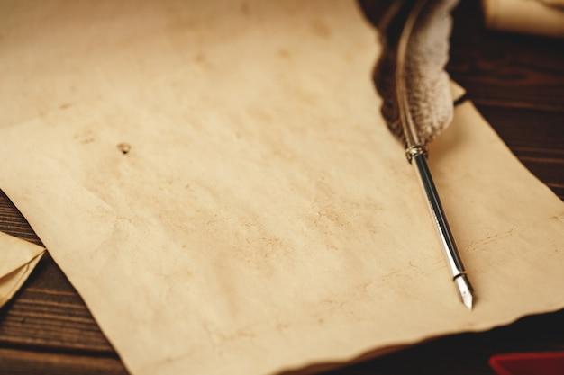 Pióro wieczne pióro na wyblakłym papierze
