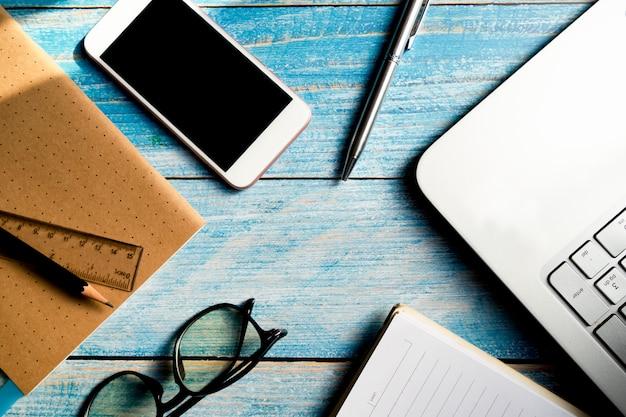 Pióro z szkłami i notatnikiem przy biurem