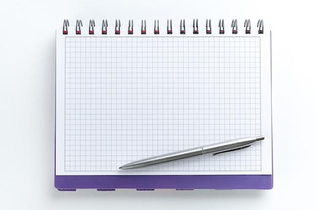 Pióro znajduje się na pustej stronie otwartego notatnika. koncepcja nowych pomysłów, innowacji i rozwiązań problemów.