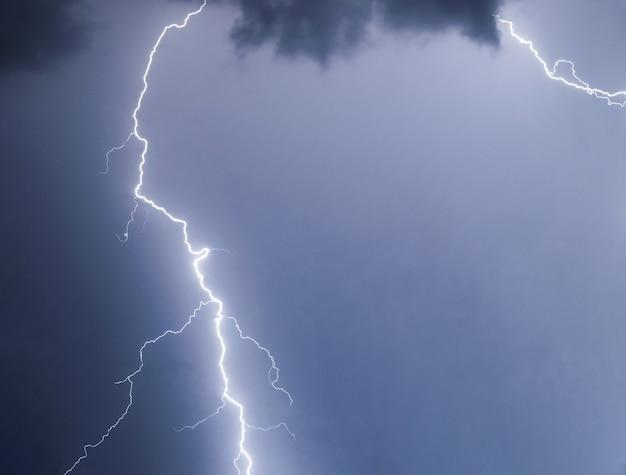 Pioruny i pioruny uderzają w letnią burzę