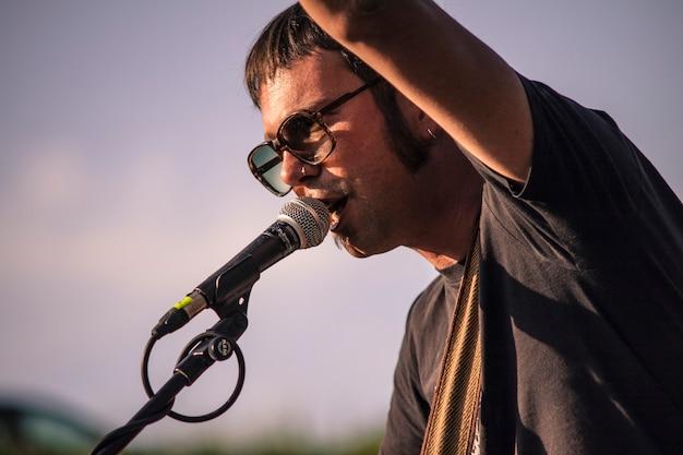 Piosenkarka country występuje na żywo na koncercie plenerowym podczas zachodu słońca