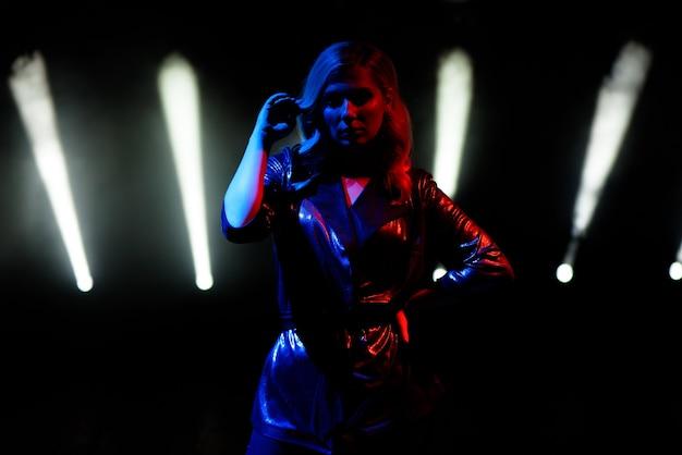 Piosenkarka stojąca na scenie w klubie nocnym.