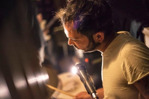 Piosenkarka w pubie podczas występu na żywo