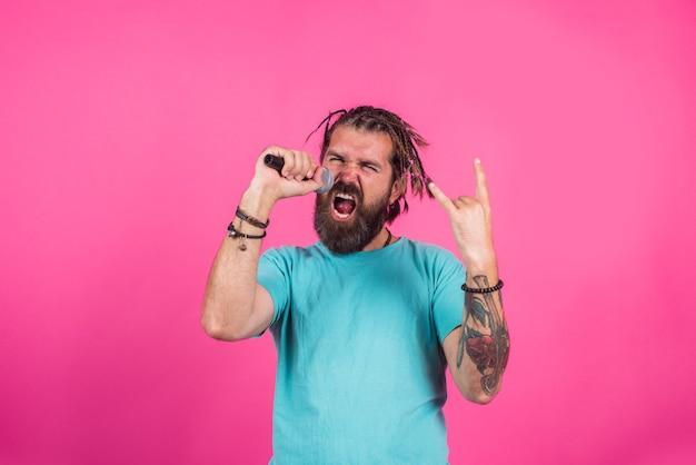 Piosenkarz śpiewa piosenkę brodaty mężczyzna śpiewa w mikrofonie mikrofon karaoke mężczyzna śpiewa z mikrofonem
