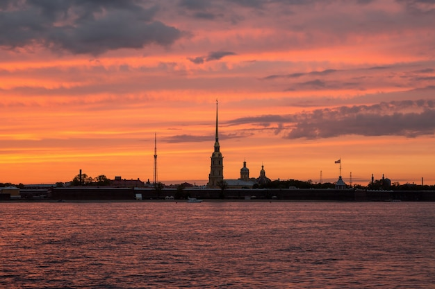 Piotra i pawła twierdza w petersburgu o zachodzie słońca