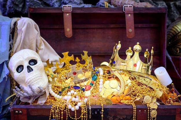 Piracka skrzynia skarbów, pełna złota biżuteria z czaszką pirata.