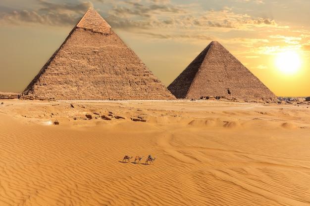 Piramida chefrena i piramida cheopsa, giza, egipt.