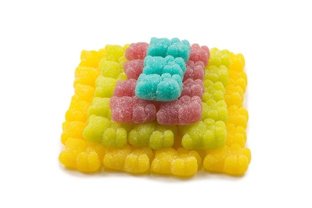 Piramida galaretki poty niedźwiedzie na białym tle.