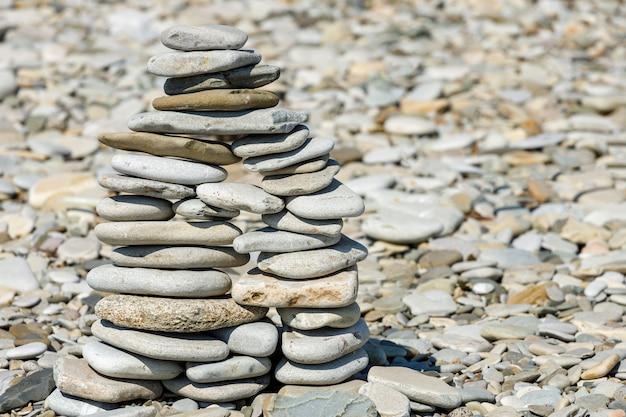 Piramida kamieni morskich na plaży latem. zdjęcie wysokiej jakości
