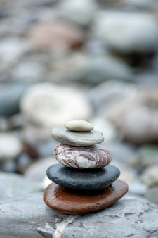Piramida kamieni na brzegu rzeki zrównoważyła kamienie zen