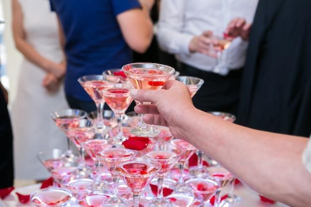 Piramida kieliszków do szampana lub winorośli na weselu.