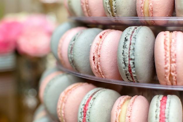 Piramida kolorowych makaroników. słodycze na wakacjach. jadalna dekoracja