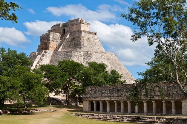 Piramida majów (pyramid of the magician, adivino) w uxmal, meksyk