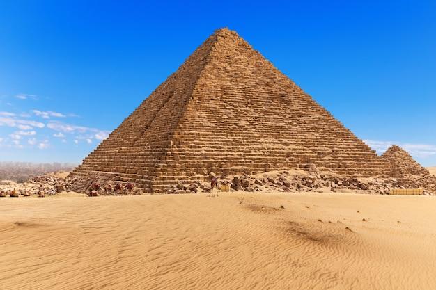Piramida menkaure i błękitne niebo w gizie w egipcie.