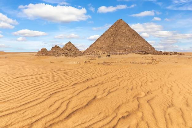 Piramida menkaure i małe piramidy na pięknej pustyni w gizie w egipcie.