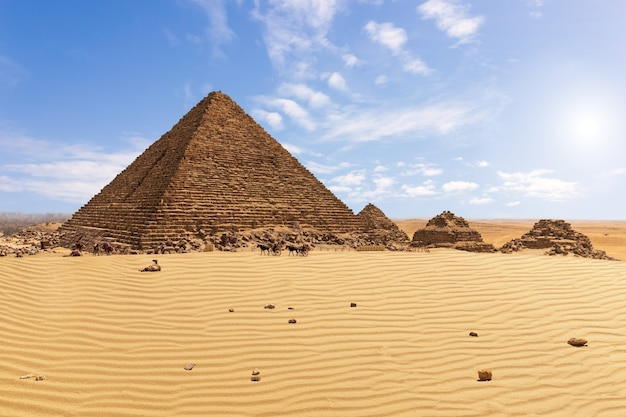 Piramida menkaure i towarzysze piramidy, giza, egipt.