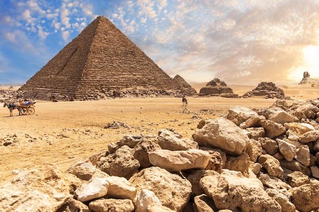 Piramida menkaure w gizie, piękny starożytny grobowiec, widok na pustynię.