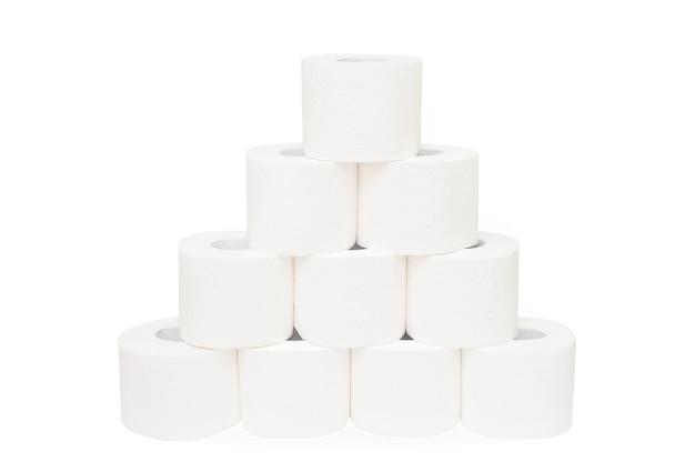 Piramida papieru toaletowego na białym tle