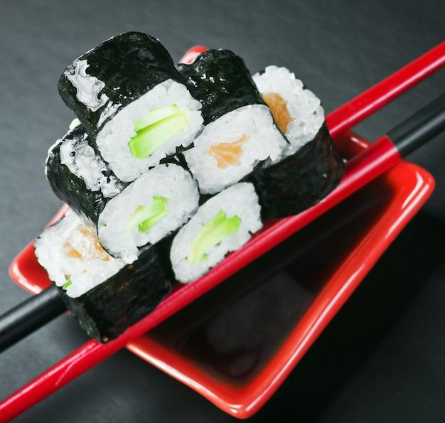 Piramida rolek na patykach do sushi. skoncentruj się na górnym rzucie